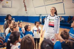 Francesca Minali durante l'incontro con i bambini del minibasket della PB63