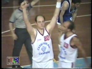 Peppone Grimaldi braccia al cielo dopo aver segnato il primo libero