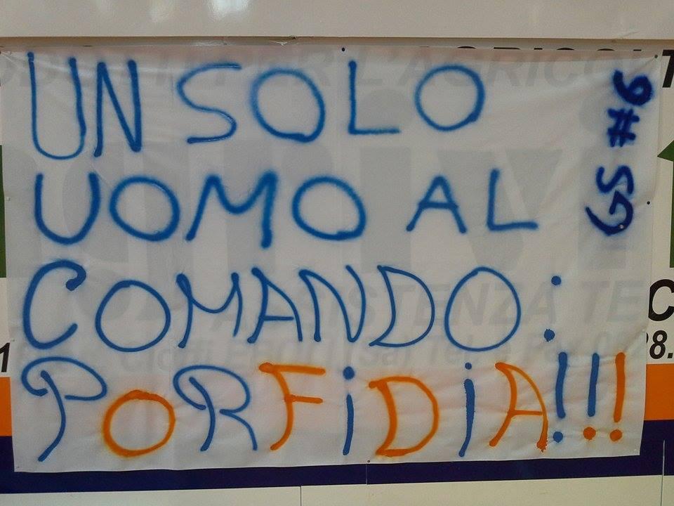 lo striscione dei tifosi dedicato a coach Porfidia