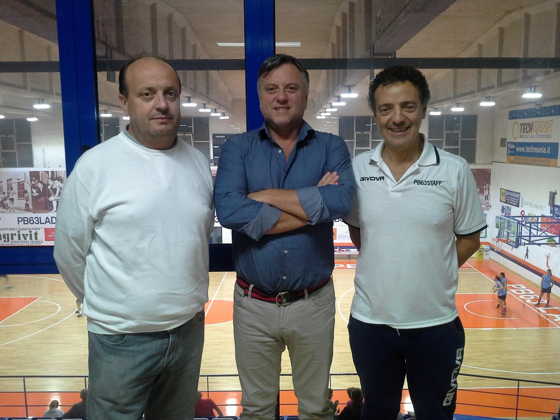 coach Capobianco in compagnia del presidente Rossini e del tecnico Riga