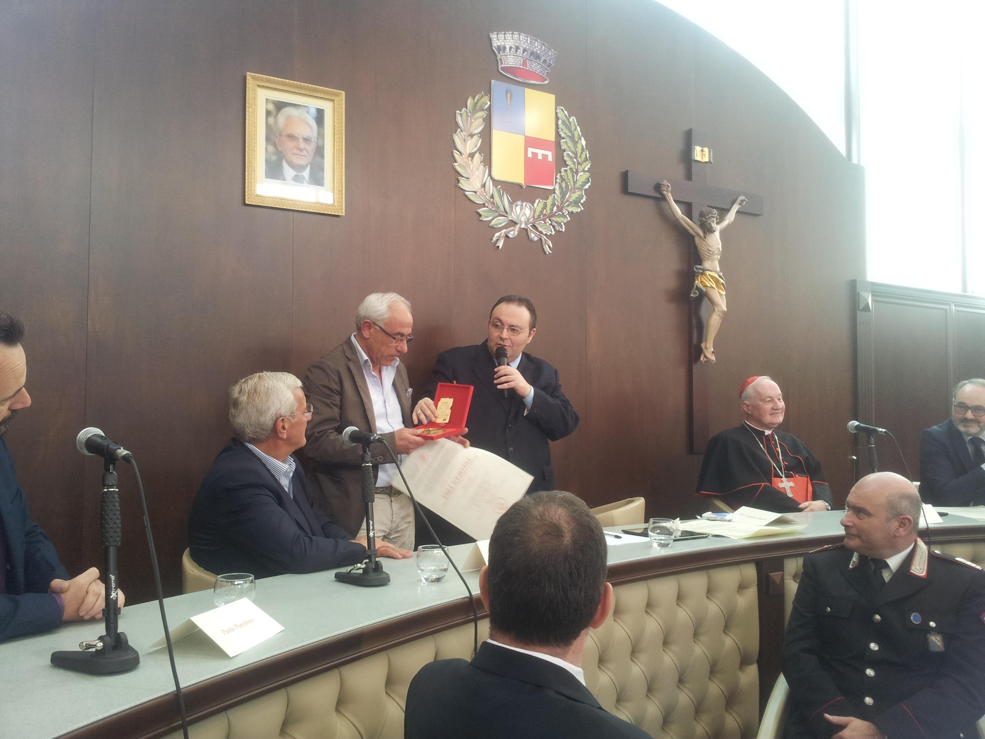 la consegna del riconoscimento al presidente Michele Pierri
